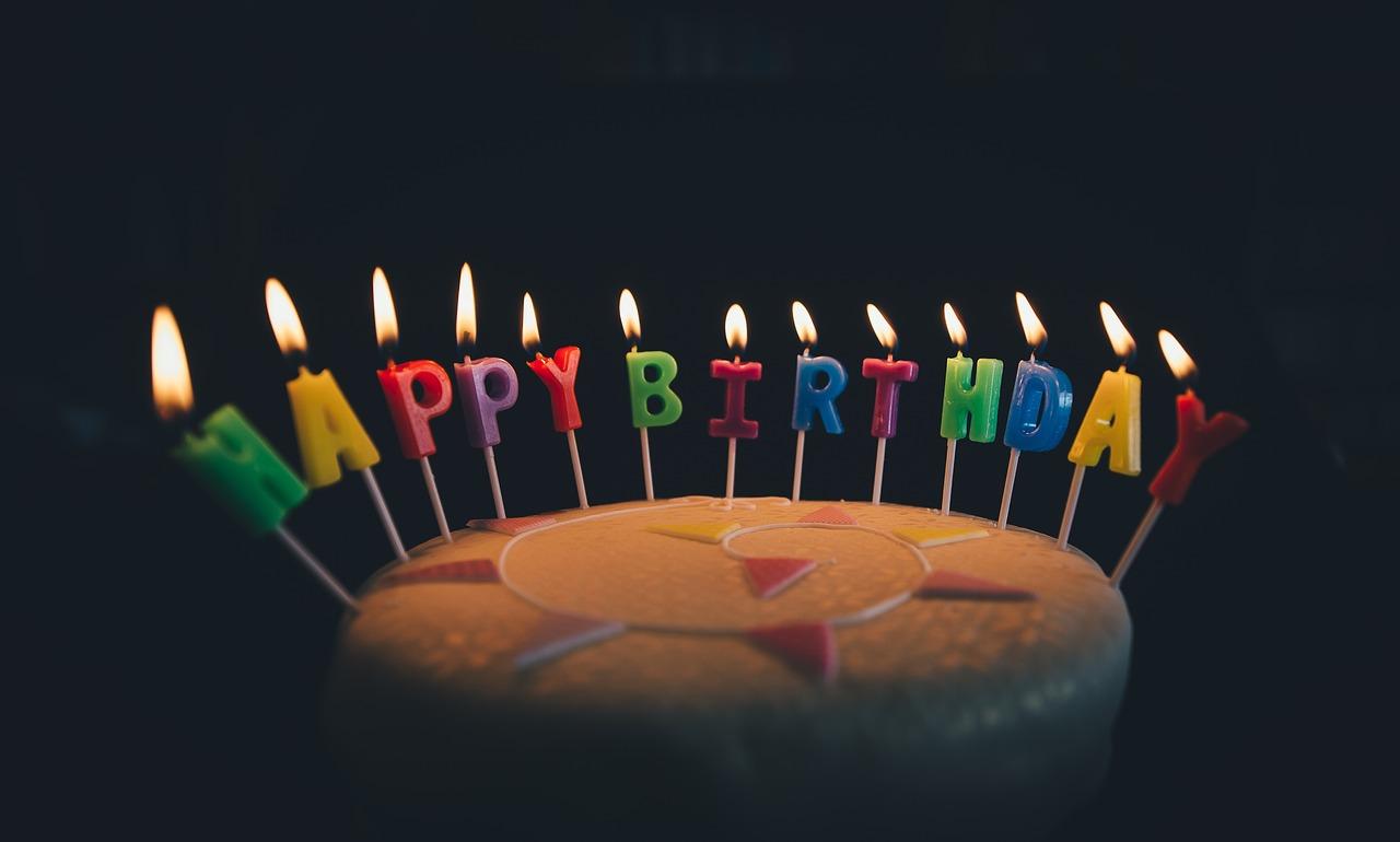 עוגה עם נרות יום הולדת