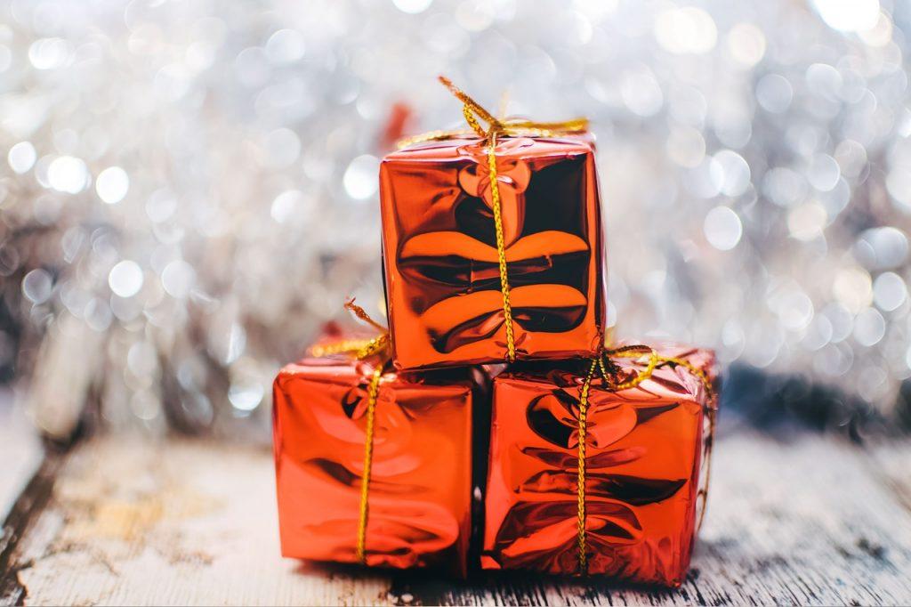 מתנות בעטיפה כתומה