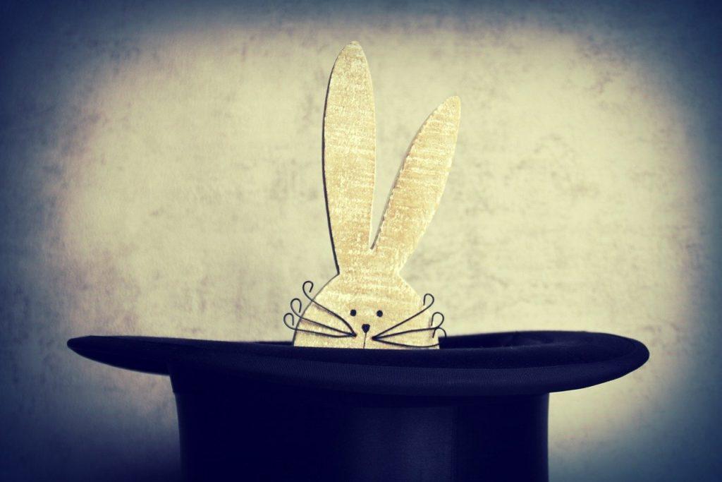 ארנב יוצר מכובע של קוסם